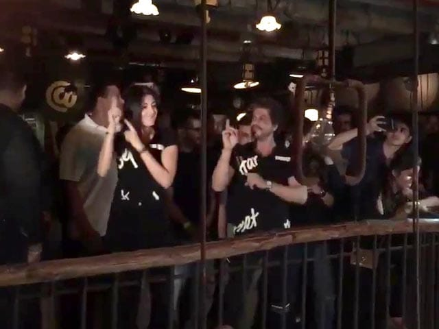 Video : Check Out SRK & Anushka's Dance Moves At A Nightclub in Mumbai