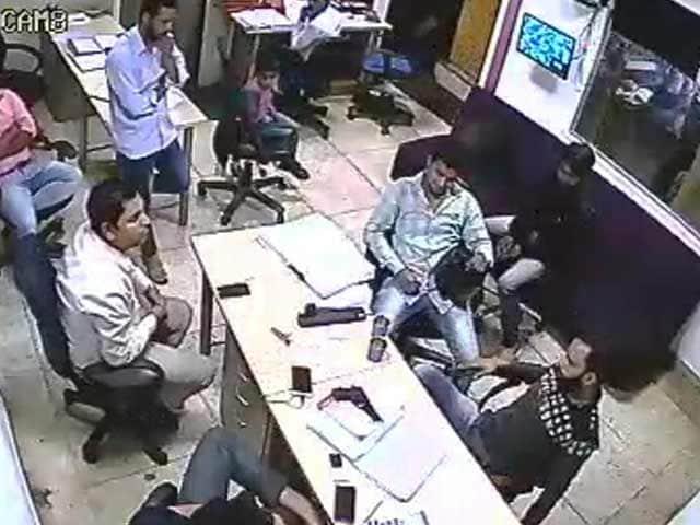 Videos : पिस्तौल दिखाकर दिल्ली में  10 लाख की फिरौती मांगने का CCTV फुटेज