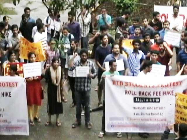 Videos : फीस बढ़ाने के विरोध में IIT बॉम्बे के छात्रों की भूख हड़ताल