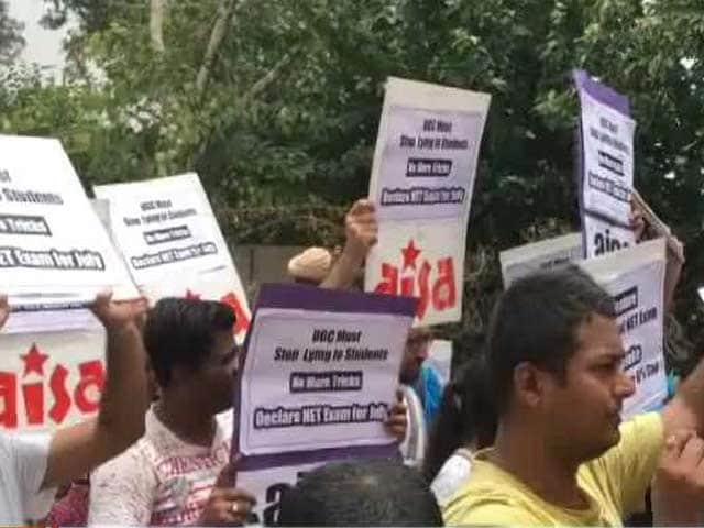 Videos : यूजीसी नेट परीक्षा साल में एक ही बार कराए जाने के विरोध में छात्रों ने किया प्रदर्शन