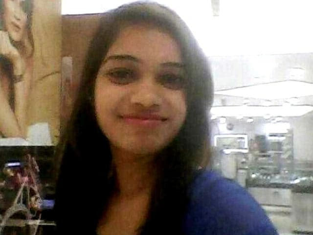 Video : दिल्ली : घर लौट रही लड़की पर दिनदहाड़े चाकू से हमला, मौत