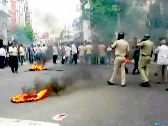 Video : पश्चिम बंगाल : बशीरहाट में फिर तनाव, पुलिस ने भीड़ को काबू में करने के लिए आंसू गैस के गोले दागे