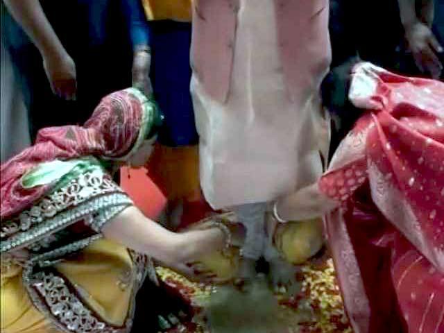Video : झारखंड के मुख्यमंत्री के पांव धोती नज़र आईं महिलाएं, वीडियो हुआ वायरल