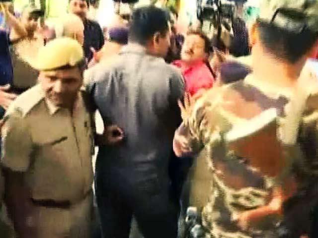 Videos : बड़ी ख़बर : तेजस्वी यादव के सुरक्षाकर्मियों की मीडियाकर्मियों से बदसलूकी