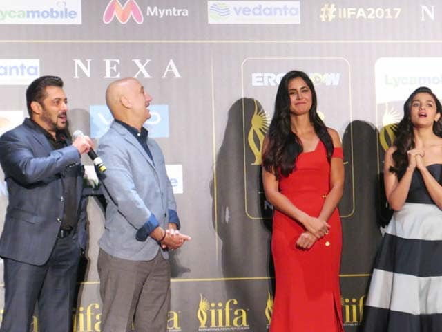 Video : 18th IIFA Awards 2017: Salman Sings For Katrina. She Blushes