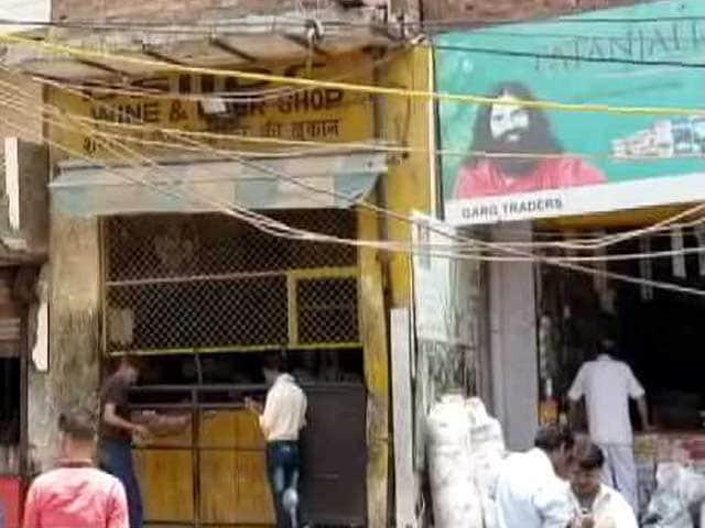 Video : दिल्ली के रिहायशी इलाके में शराब की दुकान पर विवाद