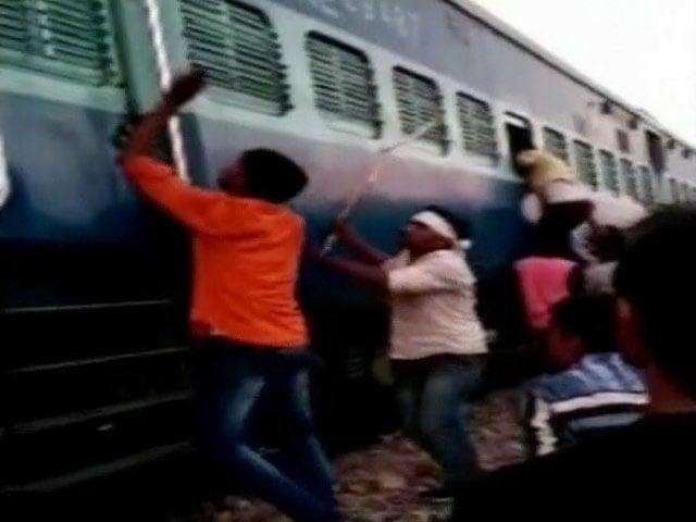 Videos : फर्रुखाबाद में चलती ट्रेन में मुस्लिम परिवार से मारपीट