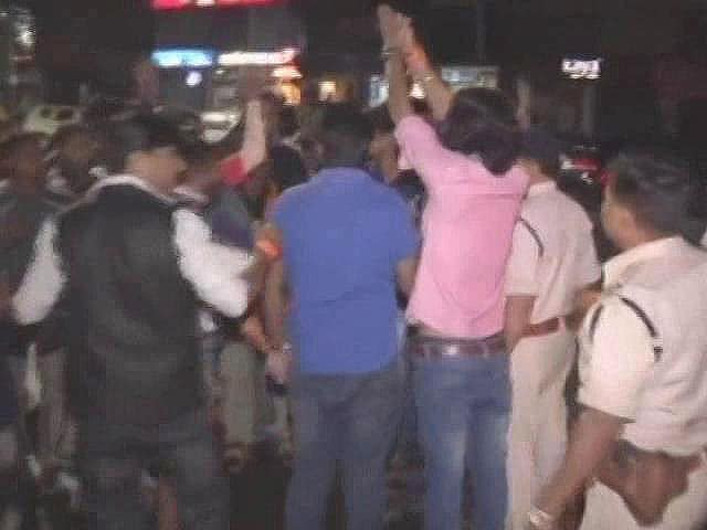 Video : मध्य प्रदेश : बजरंग दल कार्यकर्ताओं ने थाने पर हमला कर अपने नेता को छुड़ाया