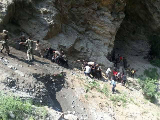 Videos : जम्मू-श्रीनगर हाईवे पर खाई में गिरी अमरनाथ यात्रियों से भरी बस