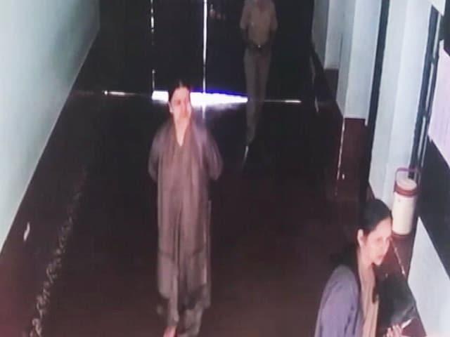 Video : जेल में शशिकला को वीआईपी ट्रीटमेंट, तस्वीरें और वीडियो आए सामने