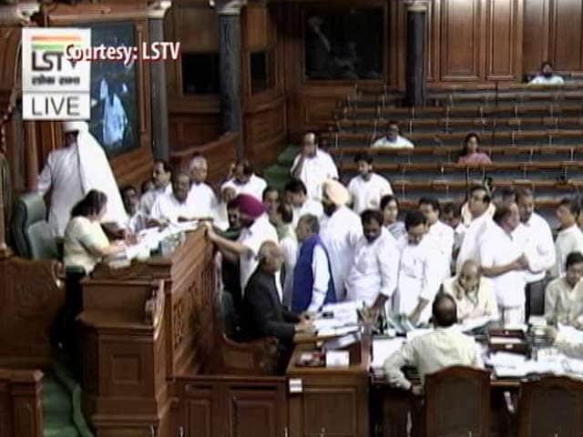Video : लोकसभा में स्पीकर पर पर्चे उछालने के आरोप में कांग्रेस के 6 सांसद सस्पेंड