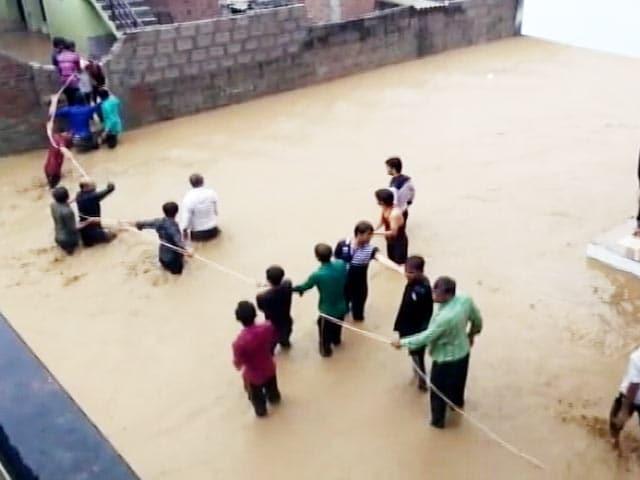 Video : गुजरात में बाढ़ से बुरा हाल, घरों की छतों तक पहुंचा पानी