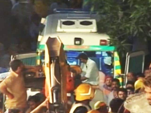 Videos : घाटकोपर इमारत हादसा : 9 घंटे बाद मलबे से जिंदा निकले दो लोग