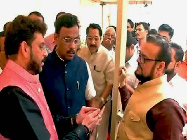 Videos : महाराष्ट्र विधानसभा में वंदे मातरम् पर भिड़े विधायक