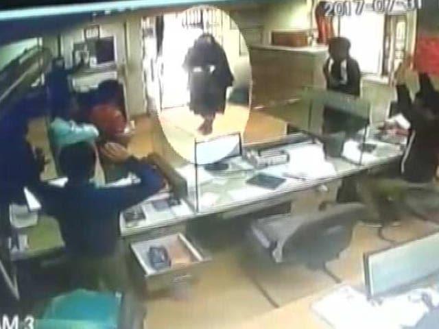 Videos : जम्मू-कश्मीर में आतंकवादियों ने लूटा बैंक, CCTV में कैद हुई वारदात