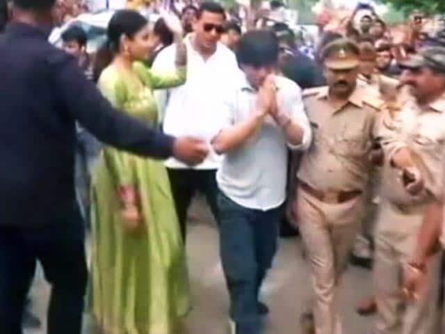 Videos : वाराणसी में शाहरुख के कार्यक्रम आयोजकों को नोटिस