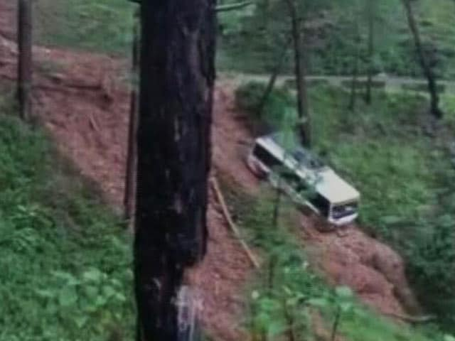 Videos : उत्तराखंड: भूस्खलन के चलते खाई में जा गिरी बस, सभी यात्री सुरक्षित