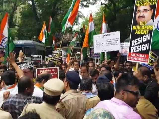 Videos : महाराष्ट्र के गृह निर्माण मंत्री प्रकाश मेहता के ख़िलाफ़ कांग्रेस का प्रदर्शन
