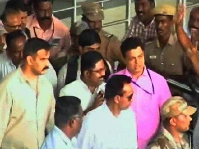 Video : TTV Dinakaran Puts Off Showdown With AIADMK Leaders, To Go On State Tour