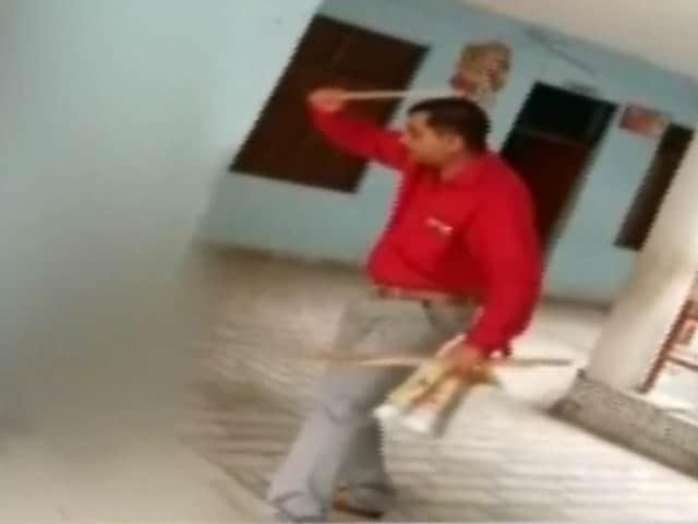 Video : कैमरे में कैद : स्कूल में प्रिंसिपल ने बच्चों की बेरहमी से की पिटाई