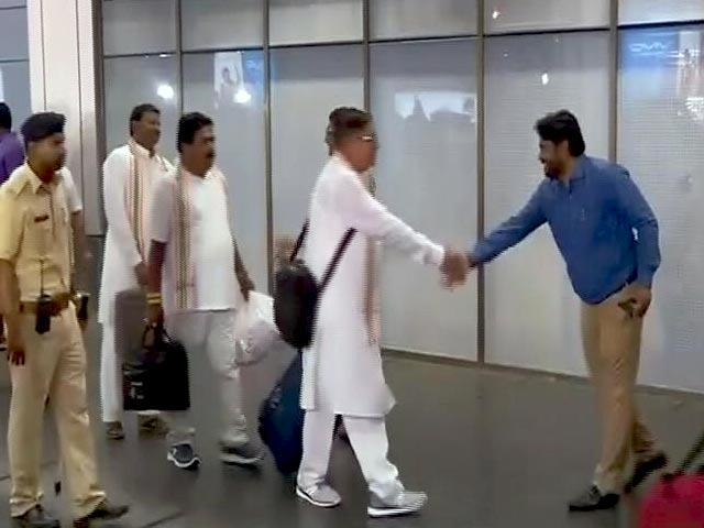 Videos : बेंगलुरु में रखे गए 44 कांग्रेस विधायक गुजरात लौटे