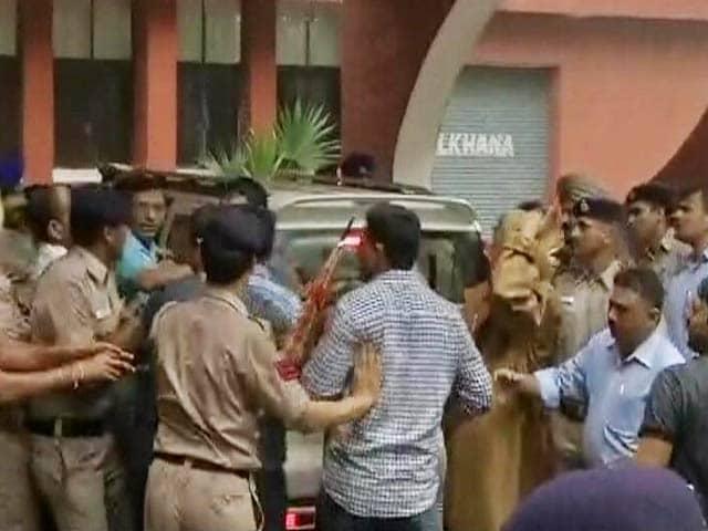 Video : इंडिया 8 बजे : अपहरण की कोशिश की धाराएं लगने के बाद विकास बराला गिरफ़्तार