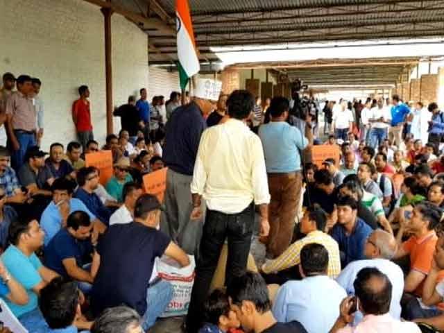 Videos : जेपी इन्फ्राटेक के दफ्तर पर फ्लैट खरीददारों का प्रदर्शन