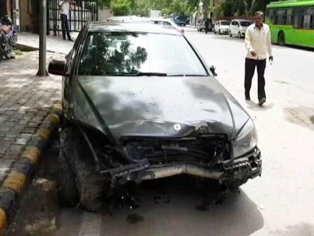 Video : रफ़्तार का क़हर: दिल्ली में तेज रफ्तार मर्सडीज़ ने स्विफ़्ट कार को मारी टक्कर
