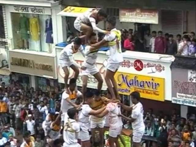Videos : मुंबई: दही हांडी का रंग देखने उमड़ी भीड़