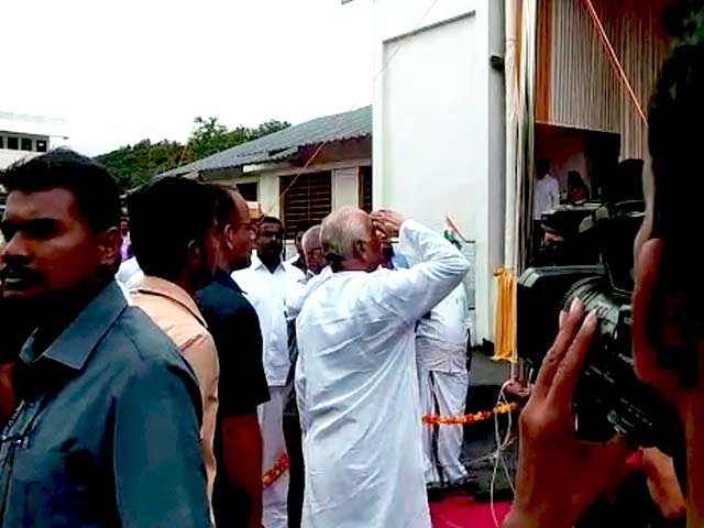 Video : Mohan Bhagwat Ignores Bureaucrat's No, Unfurls National Flag In Kerala School