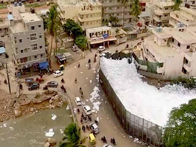 Video : बेंगलुरु की बेलंदूर झील में एक बार फिर उठा जहरीला झाग