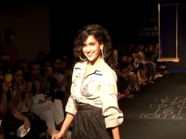Video : <i>Dangal</i> Girl Sanya Malhotra Hits The LFW Runway In Style