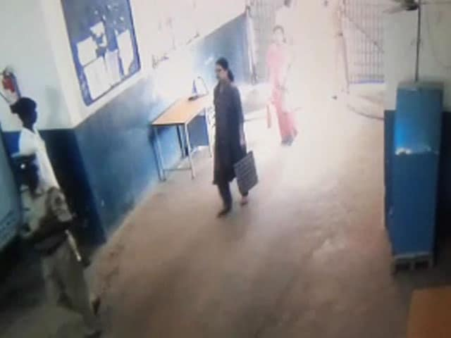 Video : In Video, Prisoner VK Sasikala Seen Entering Bengaluru Jail With A Bag