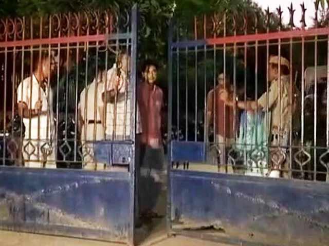 Video : दिल्ली के अंबेडकर नगर थाने में युवक की हत्या