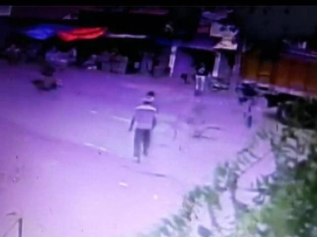 Videos : युवक ने तलवार से काटा लड़की का हाथ, CCTV में कैद हुई घटना