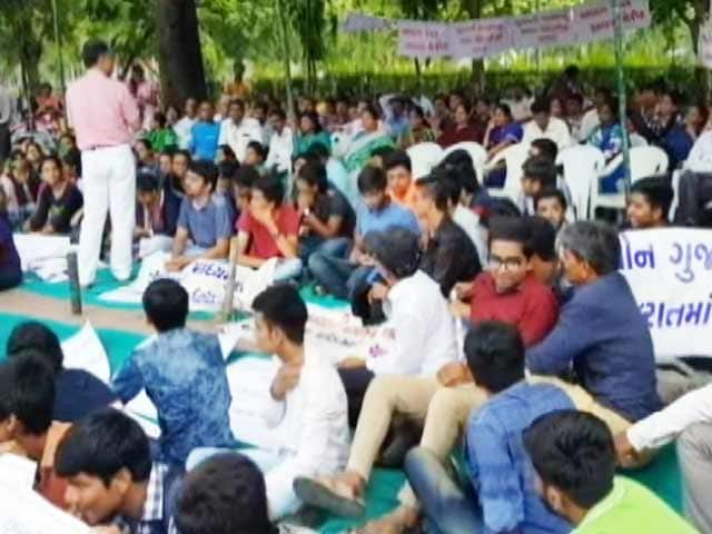 Videos : गुजराती मीडियम से पढ़ने वाले छात्रों की मांग, अलग से बने नीट पेपर की मेरिट लिस्ट
