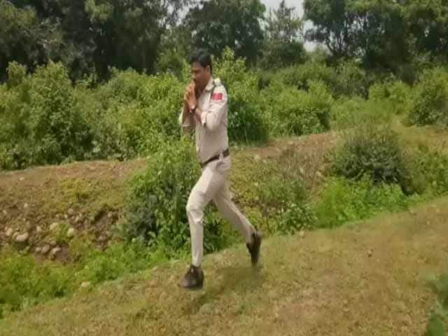 Video : Schoolkids Watching, Cop Ran With 10 Kg Bomb On His Shoulder For 1 km