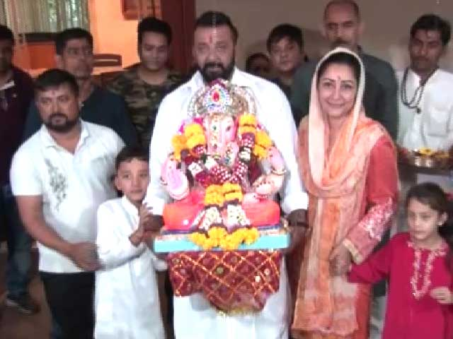 Sanjay Dutt & Family Bid Farewell To Their Ganesha Idol