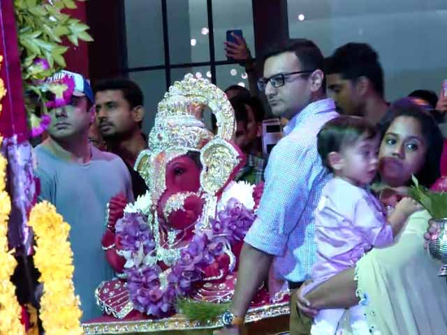 Video : Spotted! Salman's Sister Arpita & Brother Sohail During Ganesh <i>Visarjan</i>