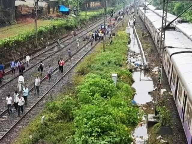 Video : मुंबई में बारिश : लोकल ट्रेनें जहां-तहां खड़ी, लोगों को हो रही है भारी दिक्कत