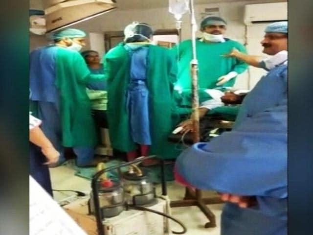Videos : ऑपरेशन टेबल पर पड़ी गर्भवती की सर्जरी के दौरान आपस में लड़ने लगे डॉक्टर, बच्चे की मौत