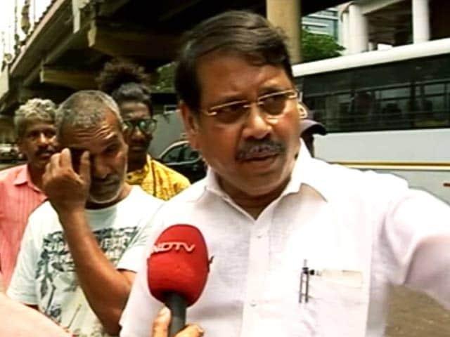 Video : मुंबई में डॉक्टर लापता, खुले मेनहोल में गिरने की आशंका