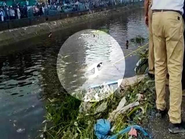 Video : दिल्ली: गाजीपुर में कूड़े का पहाड़ धंसा, 2 की मौत