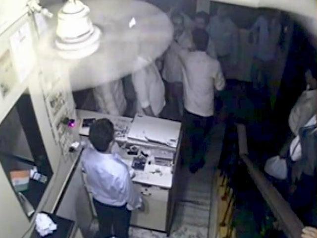 Videos : ठाणे में सीसीटीवी में कैद हुई पुलिस की गुंडागर्दी
