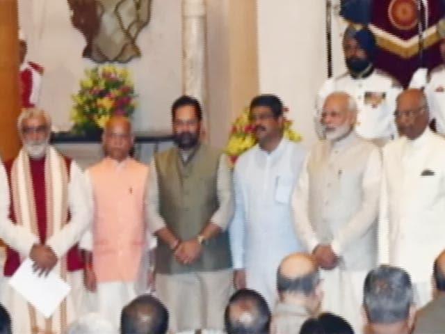 Videos : मोदी मंत्रिमंडल में चार पूर्व नौकरशाह भी शामिल