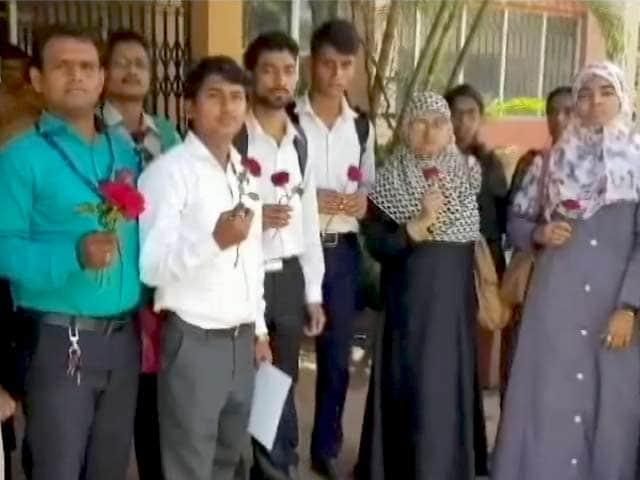 Videos : मुंबई यूनिवर्सिटी के नतीजों में गलतियां, छात्रों ने फूल बांटकर जताया विरोध