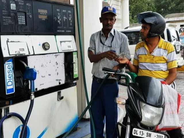 Video : कच्चे तेल की कीमतें गिरीं, फिर नहीं मिल रहा है आम आदमी को फायदा