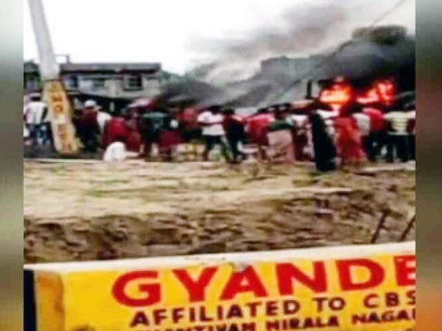 Videos : आवास जमीन पर अवैध कब्जा हटाने पर लोगों का हंगामा और आगजनी