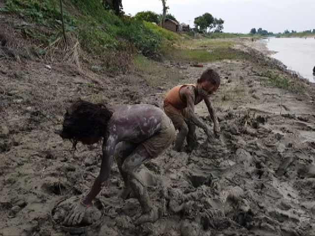 Videos : बिहार में बाढ़ : घरौंदे नहीं घर बना रहा है बचपन