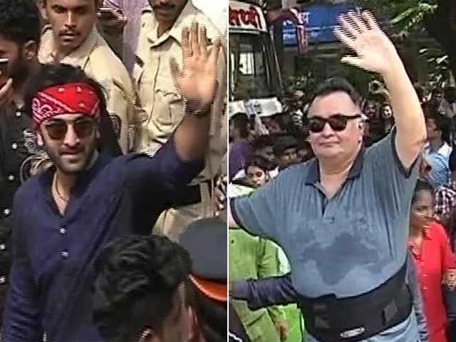 Video : बॉलीवुड के बाप्पा का विसर्जन: कपूर परिवार ने सड़कों पर उतर कर मनाया गणेशोत्सव